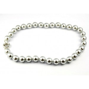 Necklace made of metallized mother-of-pearl balls