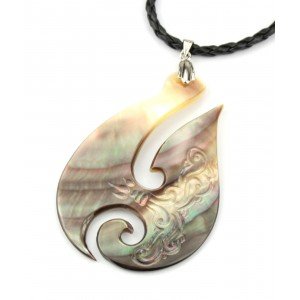 Engraved Black Mother of Pearl from Tahiti - Pendant - Fisherman's hook Hey Matau